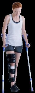 patiente pratiquant de la kiné à l'aide de béquilles afin de marcher